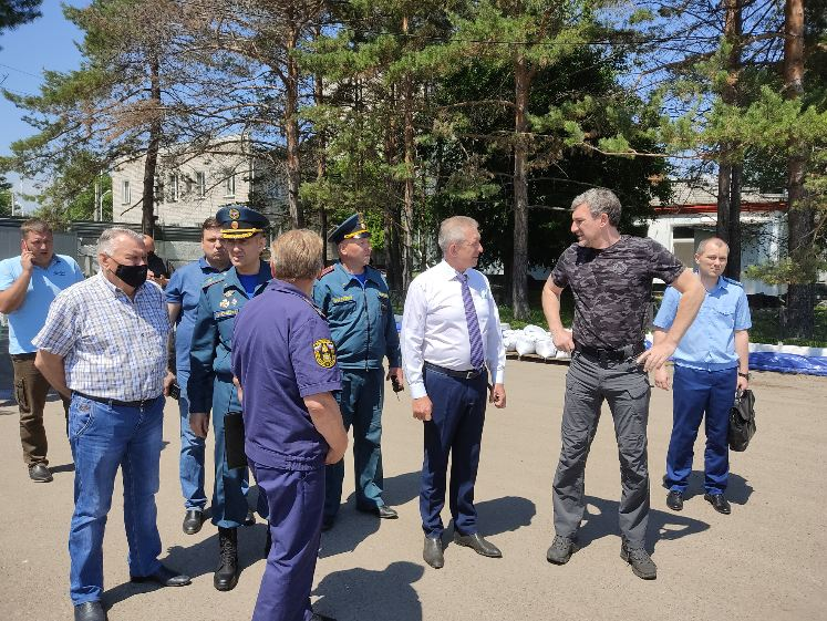 Губернатор Приамурья проинспектировал возведение дамб в Благовещенске и оценил условия в ПВР в Чигирях