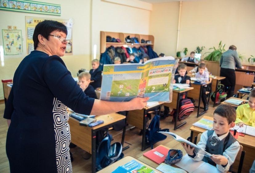 Василий Орлов сообщил, что в Амурской области заняты все вакансии земских учителей за 2021 год