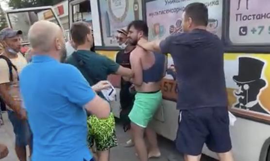 В Феодосии пассажиры автобуса подрались, защищая водителя от пьяного
