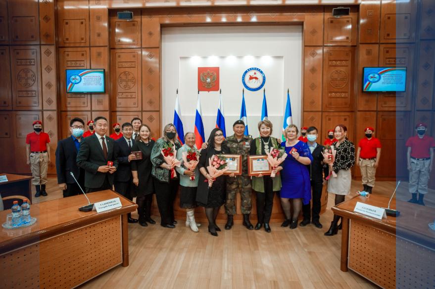Глава Якутии вручил награды добровольцам за вклад в тушении лесных пожаров