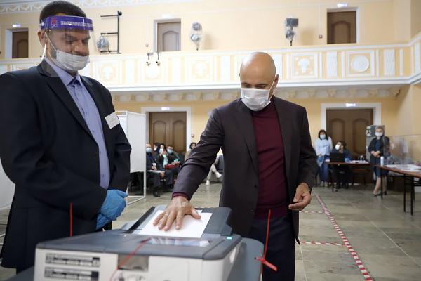 Игорь Артамонов проголосовал на выборах в Госдуму и липецкий облсовет